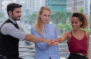 giovani imprenditori si stringono la mano foto