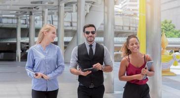 uomini d'affari che camminano felicemente insieme foto