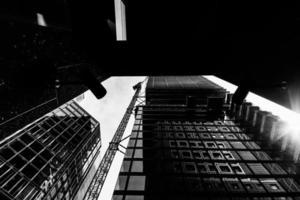 costruzione e crescita di grandi edifici e telecamere di sicurezza nelle grandi città europee foto