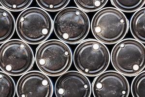 Close up di barili di petrolio di colore nero foto
