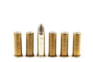 gruppo di proiettili di revolver s su sfondo bianco isolato e area vuota sul lato superiore foto