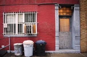 bidoni della spazzatura fuori dall'appartamento numero 108 foto