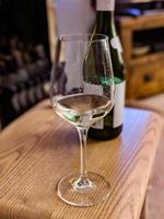 bicchiere di vino e bottiglia foto