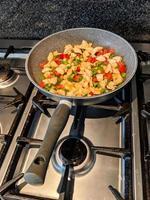 cucinare sul piano cottura foto