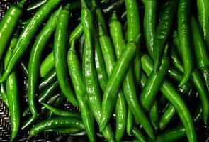 vista superiore del fondo del mucchio del peperoncino rosso fresco verde foto