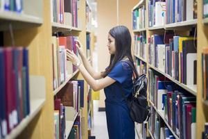un ritratto di uno studente universitario asiatico nel campus foto