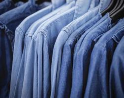 camicia di jeans blu in negozio foto