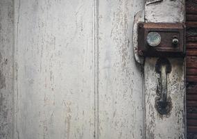 vecchia serratura arrugginita sulla porta antica in legno foto