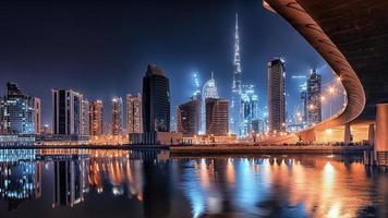 città di dubai la sera foto