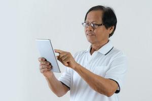 ritratto di uomo anziano asiatico utilizzando una tavoletta digitale foto