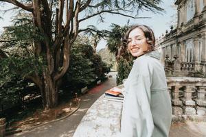 giovane donna che sorride alla macchina fotografica foto