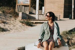 donna sorridente sulla spiaggia foto