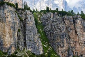 sentiero escursionistico sulle dolomiti foto