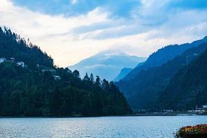 lago in una valle foto