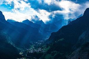 raggi di sole su una valle foto