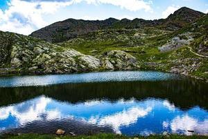 lago e montagne durante il giorno foto