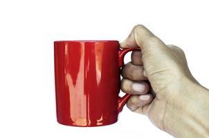 mano destra che tiene tazza di caffè rosso su sfondo bianco con tracciato di ritaglio foto