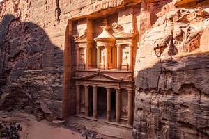 petra, giordania 2019- il tempio del tesoro a petra foto