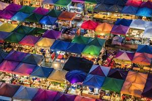 mercato notturno dei treni a bangkok foto