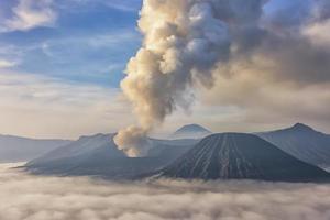 vulcano attivo bromo nell'est di java indonesia foto
