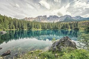 lago di carezza nelle dolomiti italiane foto