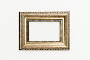 cornice vuota sullo sfondo del muro bianco con spazio di copia foto