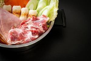 zuppa di sukiyaki o shabu con carne cruda e verdure - stile giapponese japanese foto