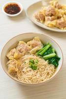 tagliatelle all'uovo con zuppa di wonton di maiale o zuppa di gnocchi di maiale e verdure - stile cibo asiatico foto