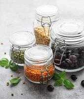 vasetti di vetro con diversi tipi di legumi foto