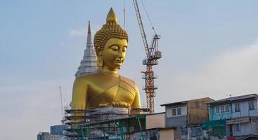 grande statua del buddha in thailandia al tramonto foto