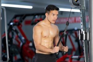 uomo sportivo formazione facendo esercizio in palestra foto