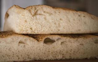 pane caldo tagliato a metà in cucina foto