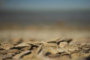 pietre di mare taglienti sulla carta da parati della spiaggia foto