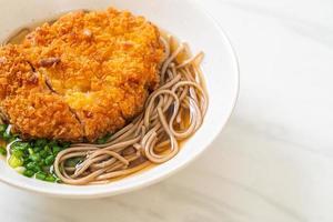 soba ramen noodle con cotoletta di maiale fritta giapponese foto
