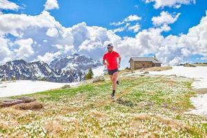 il corridore della finestra della maratona si allena in montagna in altitudine foto
