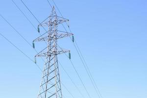 pilone di energia della torre di trasmissione elettrica ad alta tensione foto