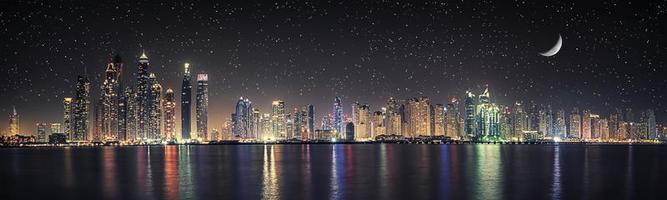 città di dubai di notte foto