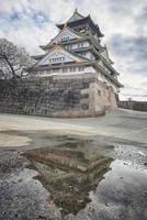 osaka, giappone 2019- riflessione del castello in giappone foto