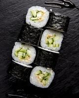 sushi e involtini con salsa in tavola foto