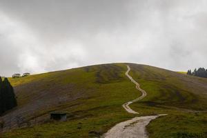 strada di campagna in una giornata nuvolosa foto
