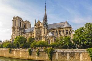 la cattedrale di notre dame de paris e la senna foto