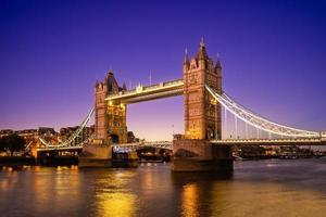 Tower Bridge dal fiume Tamigi a Londra, Inghilterra, Regno Unito foto