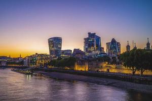 vista notturna di londra dal fiume tamigi foto
