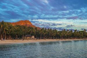 scenario della spiaggia di waikiki e della montagna della testa di diamante, oahu, hawaii foto
