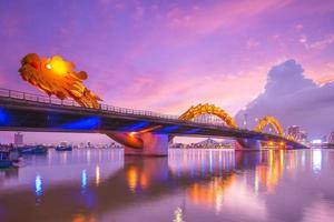 ponte del drago sul fiume han a da nang, vietnam foto