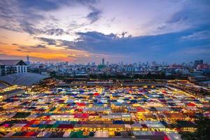 treno notturno mercato ratchada a bangkok, thailandia foto
