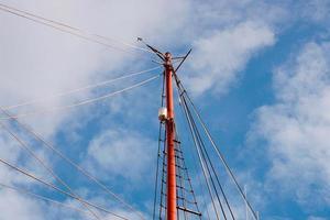 albero di legno della barca a vela nel porto marittimo foto
