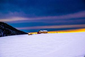 edificio giallo al tramonto foto