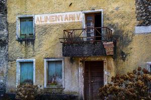 negozio di alimentari abbandonato foto