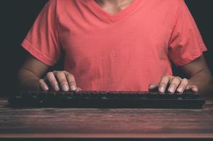 un uomo che usa la tastiera di un computer foto